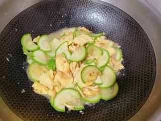 西葫芦炒鸡蛋,再撒入少许水,把它焖一下