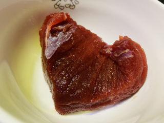 葱爆牛肉,准备一块新鲜牛肉
