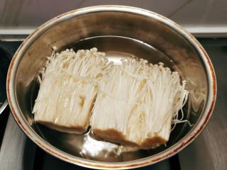 锡纸金针菇,金针菇去掉根部,放入开水中汆烫。
