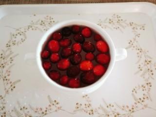 锡纸金针菇,蔓越莓果冲洗干净。