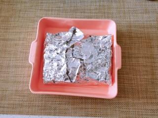 锡纸金针菇,将锡纸包裹住金针菇。