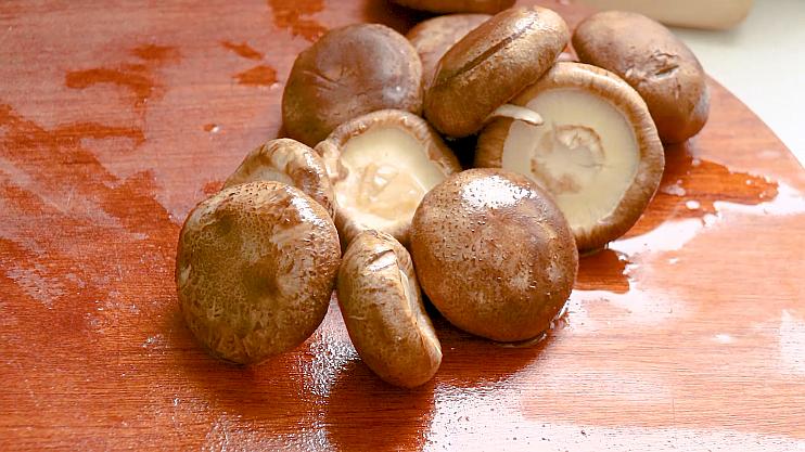 红烧香菇,清洗干净