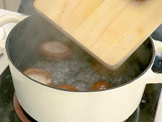 红烧香菇,水开后下水焯1分钟