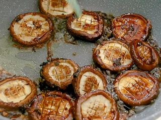 红烧香菇,翻炒均匀
