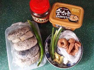 肥肠炖豆腐,备好食材