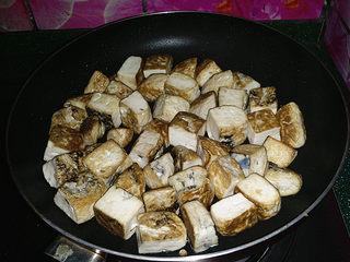 肥肠炖豆腐,煎制四面焦黄盛出,增香且久煮不散、还能吸进更多的卤汁