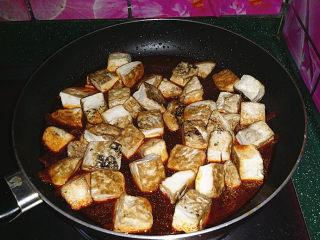 肥肠炖豆腐,放入煎好的豆腐