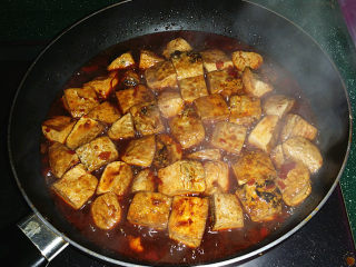 肥肠炖豆腐,大火煮开后,关火