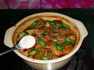 肥肠炖豆腐,最后放入杭椒和鸡粉