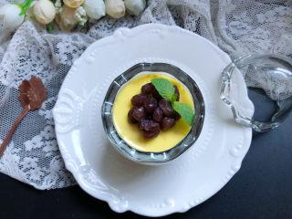 牛奶鸡蛋布丁,可以装饰点蜜豆或是水果丁什么的,颜值更高。
