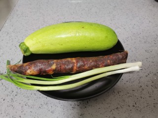 西葫芦炒腊肠,准备食材,腊肠需要清洗