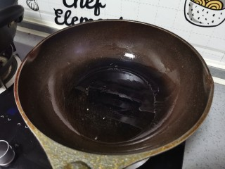 西葫芦炒腊肠,起锅烧油