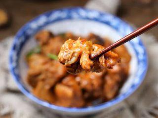 香菇炖鸡腿,粉糯香滑,吃起来超级过瘾!