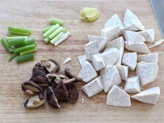 香菇炖鸡腿,荔浦芋头去皮洗净切滚刀块,干香菇提前泡发一切为二,小葱切葱段,葱白和葱叶分开备用,姜切小片。