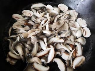 平菇鸡蛋汤,烧开后把所有的菇类倒锅里焯水