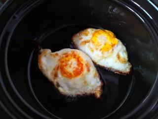 平菇鸡蛋汤,连油一起倒入砂锅里