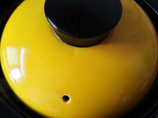 平菇鸡蛋汤,盖上锅盖转小火炖5分钟