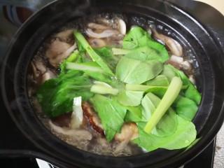 平菇鸡蛋汤,烧开后放入小青菜