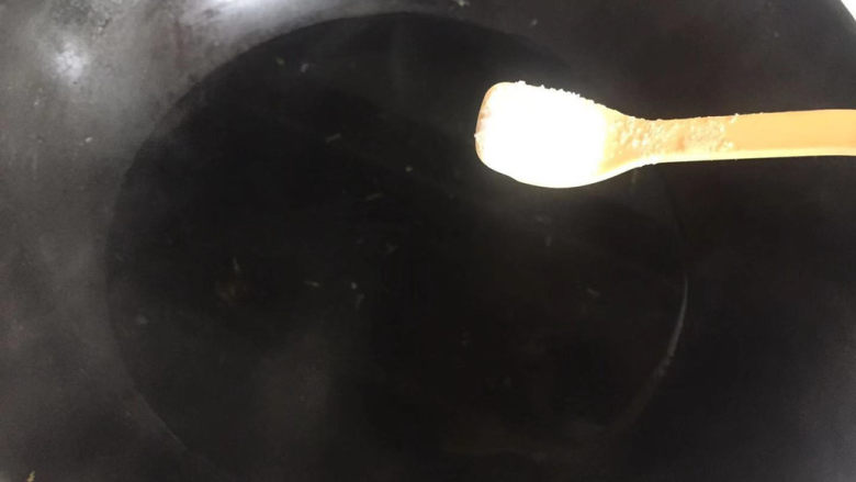 清炒苦瓜,锅内水烧开,加食盐