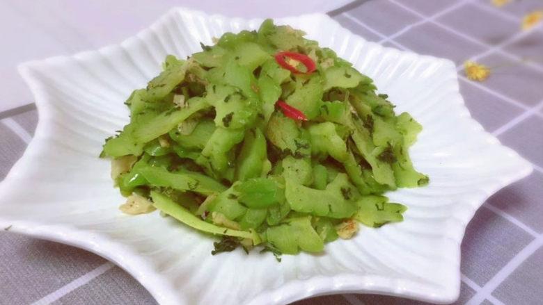 清炒苦瓜,临近夏季了,是一道比较受欢迎的菜,益处多多