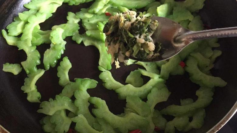 清炒苦瓜,这里加入了一勺早上炒好的咸菜,搭配下觉得味道会更好