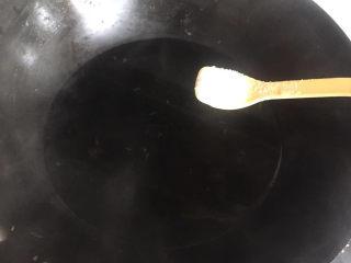 黄瓜炒木耳,锅内水烧开,加点盐