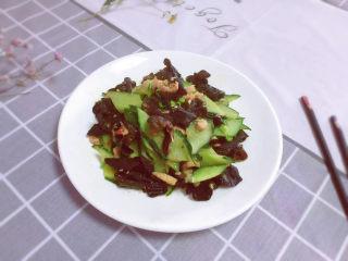 黄瓜炒木耳,出锅装盘,撒上葱花