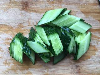 黄瓜炒木耳,切成薄片