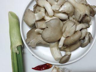 素炒平菇,准备食材:平菇,葱,蒜,干辣椒