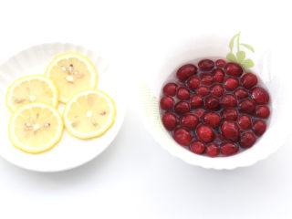 蔓越莓冻撞奶,蔓越莓浸泡一会后冲洗干净,柠檬用淡盐水刷洗干净切薄片。