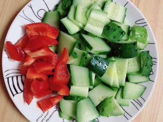 黄瓜炒木耳,蔬菜切好待用。