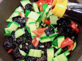 黄瓜炒木耳,出锅前喷少许香醋。
