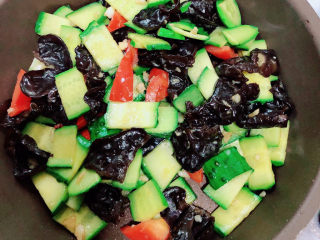 黄瓜炒木耳,翻炒均匀即可出锅了。