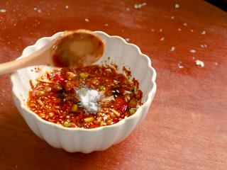 凉拌杏鲍菇,再加一勺香油,半勺盐,半勺糖