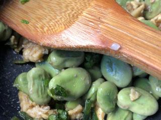 蚕豆炒鸡蛋,撒点葱花后出锅。