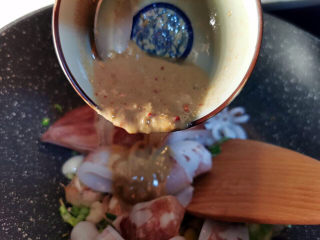 韭菜炒鱿鱼,倒入酱汁