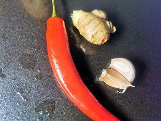 韭菜炒鱿鱼,红椒,姜,蒜