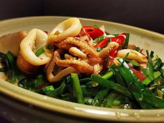 韭菜炒鱿鱼,韭菜与小管喷香四溢上桌