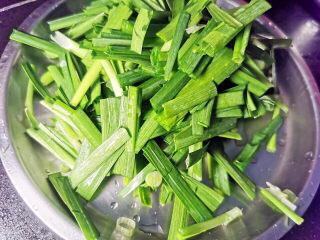 韭菜炒鱿鱼,韭菜切小段