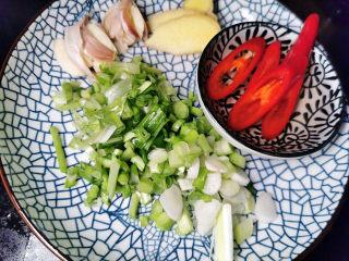 韭菜炒鱿鱼,蒜拍碎,红辣切片,姜切片