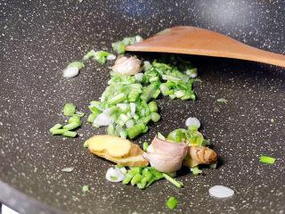 韭菜炒鱿鱼,韭菜末与姜蒜爆香