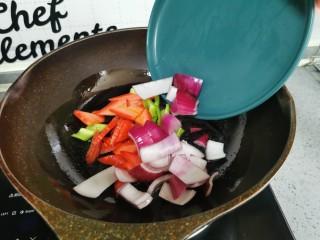 素炒平菇,倒入红萝卜,洋葱,胡萝卜
