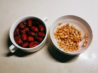 花生红枣汤,花生红枣清洗干净,红枣用清水浸泡20分钟,花生浸泡1个小时。
