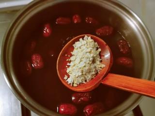花生红枣汤,放入熟麦片。