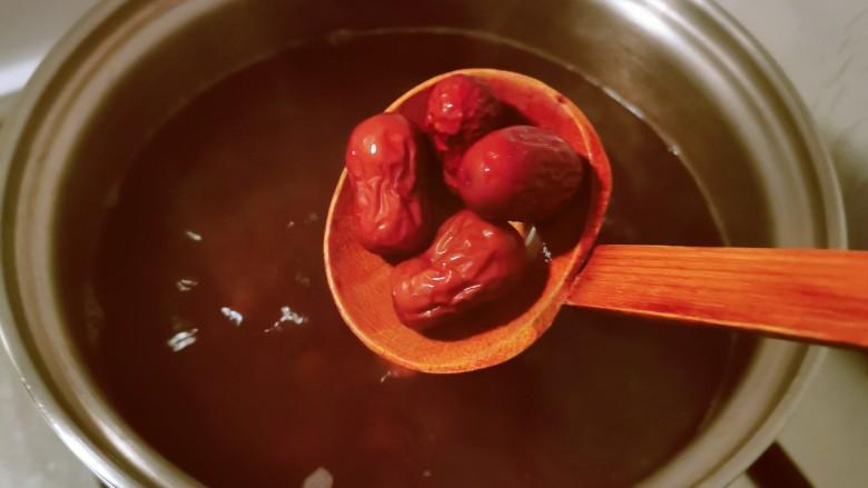 花生红枣汤,放入红枣。