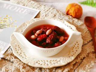 花生红枣汤,盛一碗,趁热食用。