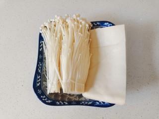 金针菇豆腐煲,准备金针菇和豆腐