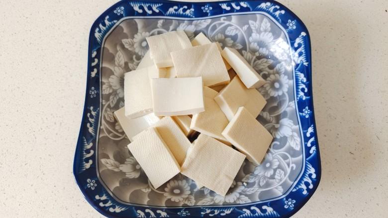 金针菇豆腐煲,豆腐切成块