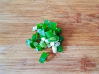 金针菇豆腐煲,葱切葱花