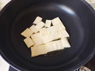 金针菇豆腐煲,放入豆腐块,小火慢慢煎至